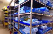 Металлические стеллажи и столики для оборудования больниц