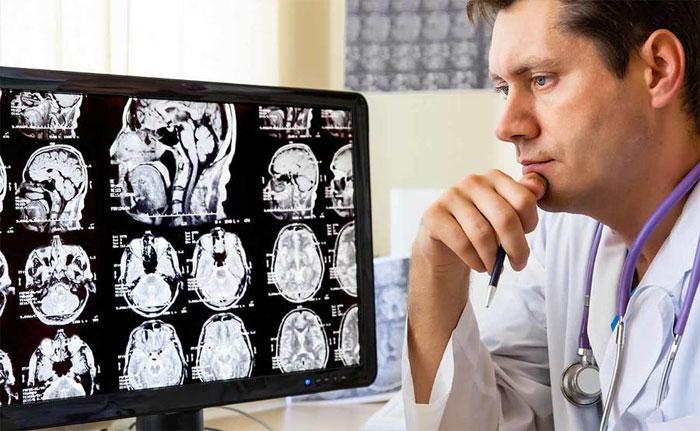 С какими симптомами нужно обратиться к неврологу?