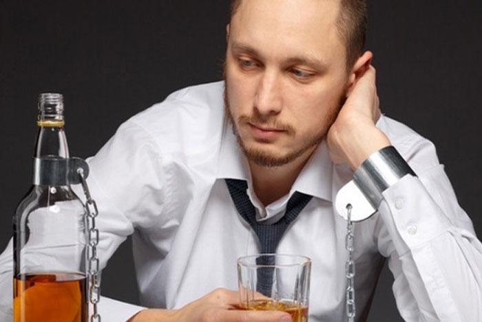 Как вывести человека из запоя, если он сопротивляется?
