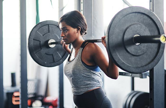 Как тренировки с отягощениями сжигают жир